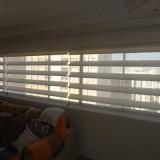 sala com cortina rolo